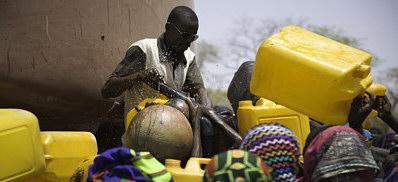Desplazados del Darfur sudan�s recogen agua en el campo de Gassire, en el Chad oriental.