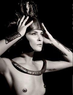 Erin Wasson representa al héroe griego Ajax. La imagen forma parte de la serie del calendario Pirelli 2011, que representa a héroes y dioses del panteón de la mitología clásica y que este año firma el diseñador alemán Karl Lagerfeld.