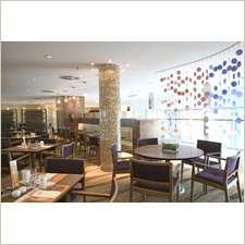 Reserve una mesa en la terraza del restaurante Indigo en el hotel Hilton Diagonal Mar Barcelona si desea ver el mar.