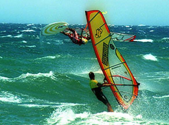 Resultado de imagen de La playa de Las Cucharas acoge el Campeonato de Europa de estilo libre de windsurf