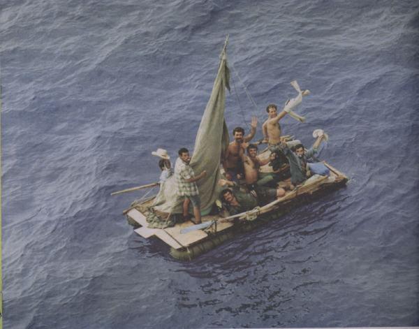 miembros del grupo Hermanos al Rescate, que los llevaron a tierra firme.