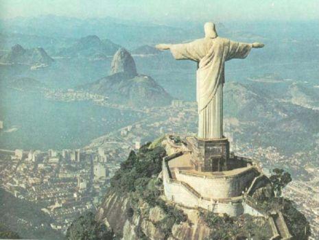 se eleva a unos 38 metros de altura y se encuentra en la cima de la