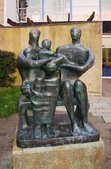 Escultura de Henry Moore con el título Familia. Barclay School, Stevenage, Hertfordshire, Gran Bretaña.
