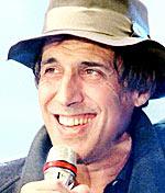 Milanés (1938) pero con orígenes de la Apulia, Adriano Celentano empieza a exhibirse como cómico e imitador en los cabaret milaneses y debuta oficialmente ... - celentano_adriano