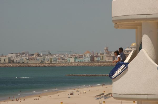 Hotel playa victoria for Piscina isla leon